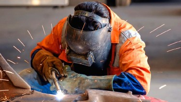 Arbeiter schweißt Metall © John Casey, stock.adobe.com