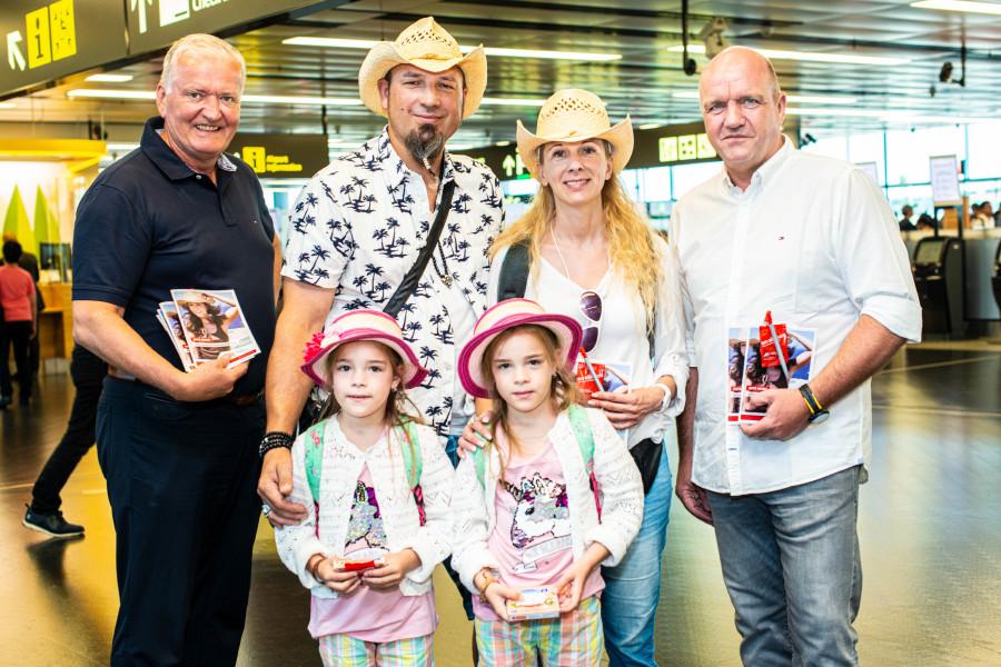 Familie Ellend freut sich auf den bevorstehenden Urlaub – im Bild mit AK Niederösterreich-Präsident und ÖGB NÖ-Vorsitzendem Markus Wieser (re.) und LHStv. Franz Schnabl (li.).  © Scheichel, AK Niederösterreich