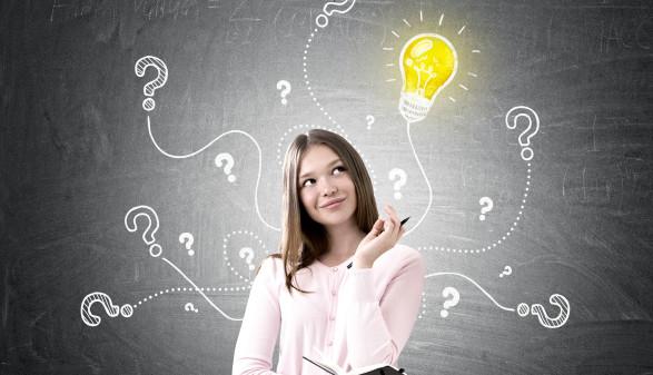 Mädchen mit Idee vor einer Tafel © denisismagilov, stock.adobe.com