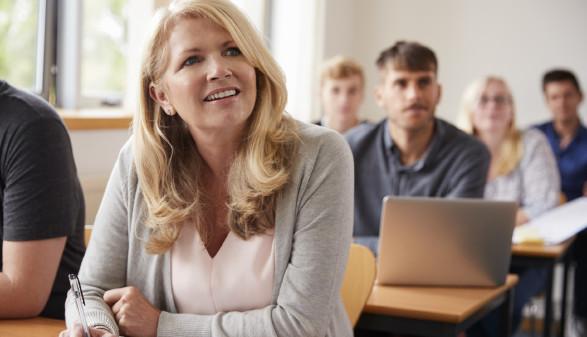Frau sitzt im Weiterbildungskurs © Monkey Business, stock.adobe.com