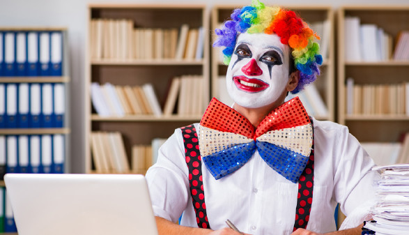 Ein Clown sitzt im Büro © Fotolia.com/Elnur, AK Stmk