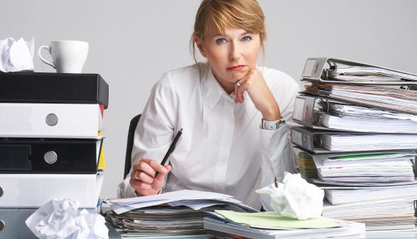 Frau mit vielen Mappen und Zetteln ist frustriert © Franz Pfluegl, stock.adobe.com