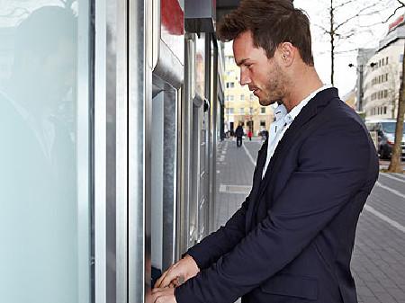 Junger Mann hebt Geld am Bankomaten ab © Robert Kneschke, Fotolia.com