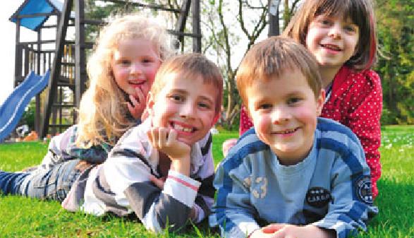 Kinder spielen am Spielplatz © sterneleben, fotolia