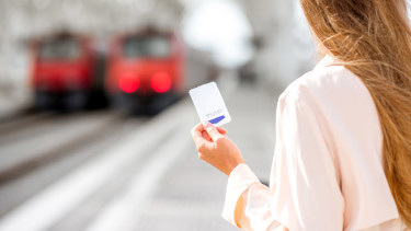 Frau mit Ticket in der Hand © RH2010, stock.adobe.com