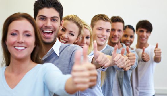 Erfolgreiche Studenten halten Daumen hoch © Robert Kneschke, stock.adobe.com