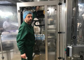 MitarbeiterInnen von NÖM wie Zeljan Pajkanovic aus der Instandhaltung kümmern sich auch während der Coronapandemie um die Arbeitsprozesse rund um Molkereiprodukte. ©  , AK Niederösterreich, zVg