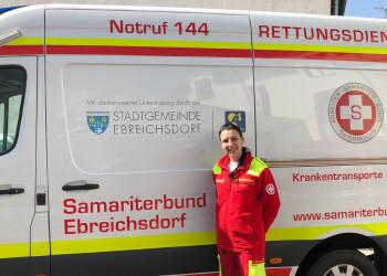 Die hauptberufliche Notfallsanitäterin Natascha Bachleitner vom Samariterbund Ebreichsdorf macht ihren Job sehr gerne, auch wenn die Atemschutzmaske im Moment eine große Einschränkung ist. ©  , AK Niederösterreich, zVg