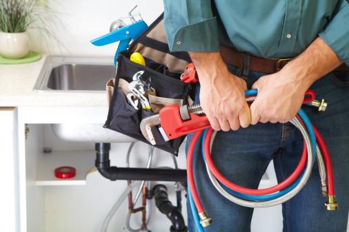Installateur hält Werkzeug in der Hand, Nahaufnahme © Petrik, stock.adobe.com
