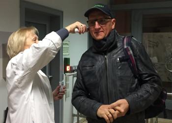 Manner-Betriebsrätin Gerda Erika Clementi sorgt sich um die Gesundheit ihrer KollegInnen und führt Fiebermessungen - hier an Techniker Franz Stuppnig - persönlich durch. ©  , AK Niederösterreich, zVg