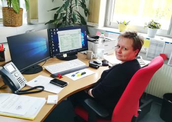 AMS-Beraterin Nicole Punkl aus Neunkirchen versucht, alle Anträge auf Leistungen so rasch wie möglich zu bearbeiten um den Arbeitsuchenden in dieser schwierigen Zeit die Existenz zu sichern. ©  , AK Niederösterreich, zVg
