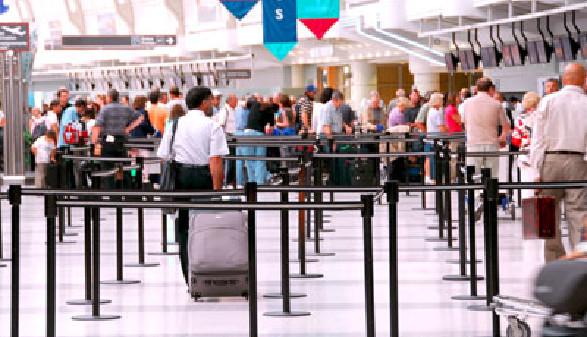 Passagiere bei den Terminals am Flughafen © Elenathewise, fotolia.com