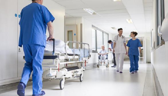 Pfleger schiebt Bett am Krankenhausflur © spotmatikphoto, fotolia.com