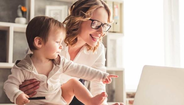 Mutter mit Baby bei der Arbeit am Laptop © Georgerudy, stock.adobe.com