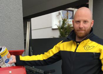 Briefträger Manuel Binder aus dem Bezirk Gmünd sorgt dafür, dass unser System auch in dieser schwierigen Zeit aufrechterhalten wird. ©  , AK Niederösterreich, zVg