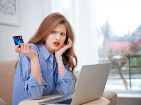 Junge Frau sitzt vor einem Laptop - in der Hand hält sie eine Kreditkarte © Africa Studio, Fotolia.com