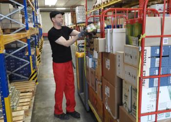 REWE-LagermitarbeiterInnen wie Erik Niedermaier sorgen dafür, dass die Waren auch in den Supermarkt kommen. ©  , AK Niederösterreich, zVg