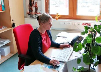Margot Heß vom AMS St. Pölten stellt sich täglich der Flut an E-Mails durch Massenkündigungen, Arbeitslosenmeldungen und Anfragen zur Corona-Kurzarbeit. ©  , AK Niederösterreich, zVg