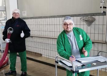 Bei Betriebsrat Bernhard Lintschinger und Ronald Habinger von der AUSTRIA JUICE GmbH steht der Zusammenhalt in schwierigen Zeiten an oberster Stelle. ©  , AK Niederösterreich, zVg
