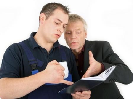 Betriebsrat im Gespräch mit einem Mitarbeiter © Klaus-Peter Adler, Fotolia