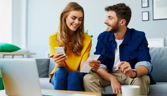 Junges Paar kontrolliert Rechnungen © baranq, stock.adobe.com