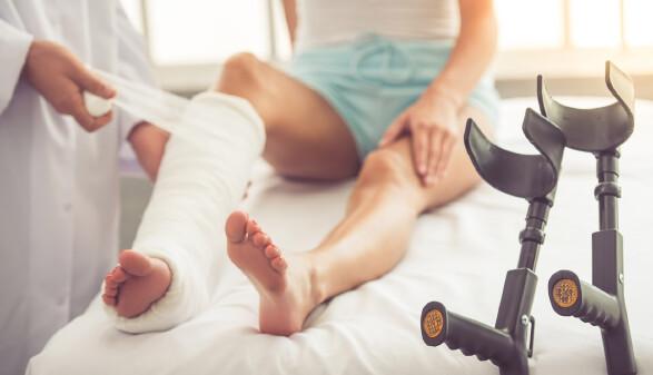 Fuß wird eingegipst © Georgerudy, stock.adobe.com