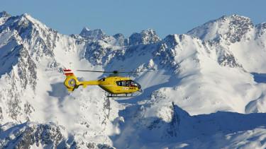 ÖAMTC Hubschrauber fliegt über Berge © Falkenauge, stock.adobe.com