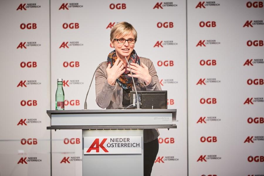 """Mag. Julia Bock-Schappelwein vom WIFO referierte beim Dialog Forum von AK Niederösterreich und ÖGB NÖ zum Thema """"Arbeiten gestern – heute – morgen"""". © Franz Gleiß, AK Niederösterreich"""