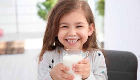 Mädchen hält Glas mit Milch und lächelt © New Africa, stock.adobe.com