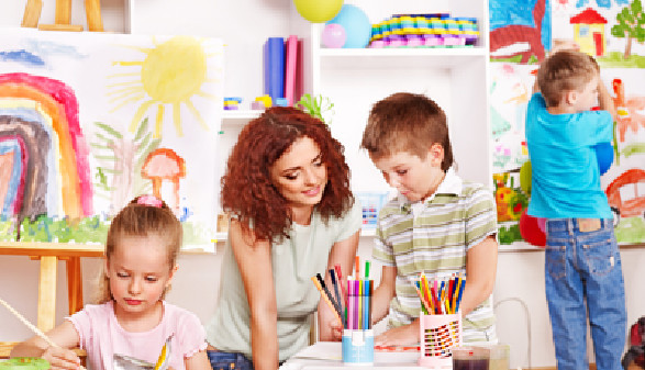 Kinderpädagogin malt mit 2 Kindern. © Gennadiy Poznyakov, fotolia.com