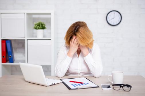gestresste Businessfrau schlägt Hände über den Kopf zusammen © Di Studio, stock.adobe.com