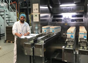 Valdet Zhugoli von der Firma NÖM ist in der Milchabfüllung tätig und sorgt dafür, dass wir weiterhin Milch für unseren Kaffee haben. ©  , AK Niederösterreich, zVg