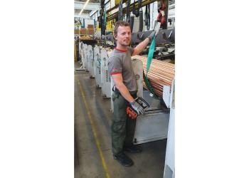 MitarbeiterInnen der Wieland Austria Ges.m.b.H. wie Daniel Führer produzieren Rohre, die gerade vor allem in der Kühlanlagentechnik für die Lebensmittelproduktion, aber auch für die Energieversorgung benötigt werden. ©  , AK Niederösterreich, zVg