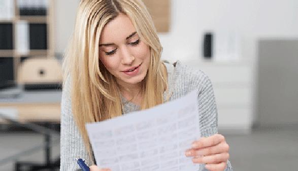 Frau liest Dokument © contrastwerkstatt, Fotolia