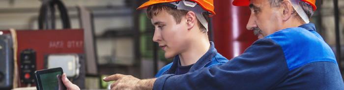 Älterer und junger Arbeiter © kuzmichstudio, stock.adobe.com