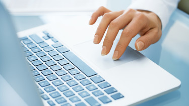 Hand auf Notebook-Tastatur © ldprod, stock.adobe.com