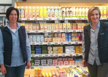 Doris Hochwallner und Daniela Leidenfrost von der Firma Berglandmilch sorgen dafür, dass wir Produkte wie Milch, Käse und Joghurt auch während der Coronakrise in den Supermarktregalen finden. ©  , AK Niederösterreich, zVg