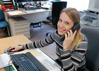 Julia Rasztovits arbeitet im ÖGK-Kundenservice Neunkirchen und kümmert sich nun mehr denn je um die Kassenanliegen der Versicherten. ©  , AK Niederösterreich, zVg
