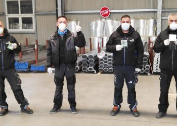 Mit Schutzmasken und Handschuhen ausgestattet halten die MitarbeiterInnen von Frauenthal Services die Stellung. ©  , AK Niederösterreich, zVg