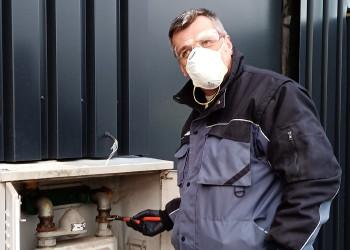 Music Mirzet von der Kremser Firma Kugler kümmert sich auch während der Coronapandemie um Notfälle wie die Reparatur eines Gasrohrbruchs. ©  , AK Niederösterreich, zVg