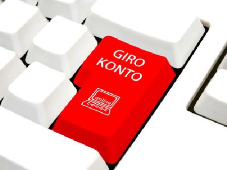 """Eine weiße Computertastatur, die Enter-Taste ist rot und mit """"Girokonto"""" beschriftet © stockpics, stock.adobe.com"""