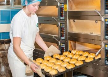 Bäckerin holt Semmeln aus dem Ofen © Mario Scheichel, AK Niederösterreich