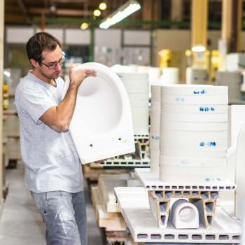 Matthias bei der Arbeit, hebt LAUFEN Waschbecken © Mario Scheichel, AK Niederösterreich
