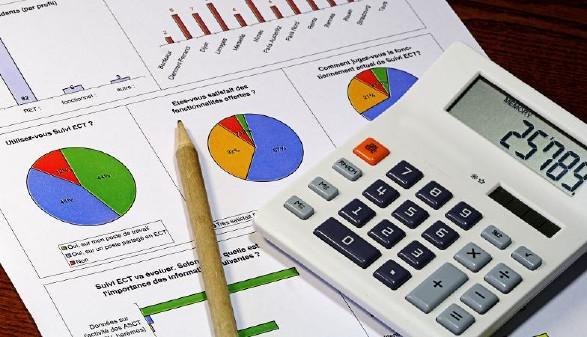Taschenrecher und Bleistift liegen auf Statistikpapieren © herreneck, stock.adobe.com