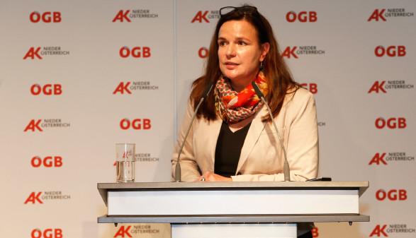 Dir. Bettina Heise bei der Vollversammlung © Harri Mannsberger, AK Niederösterreich