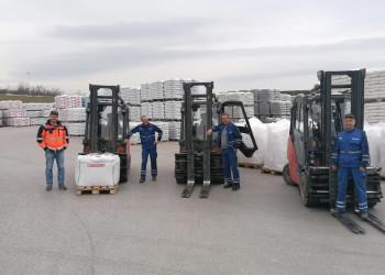 Die MitarbeiterInnen der Melker Quarzwerke sind vor erneutem Aufsperren der Baumärkte dank Betriebsrat Alexander Hollaus (1. v. l.) auf Kurzarbeit umgestellt worden. ©  , AK Niederösterreich, zVg