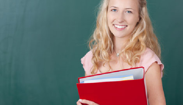 Lehrerin mit Unterrichtsmappe © contrastwerkstatt, Fotolia.com