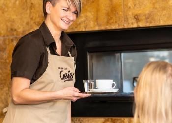 Kellnerin serviert Kaffee © Mario Scheichel, AK Niederösterreich