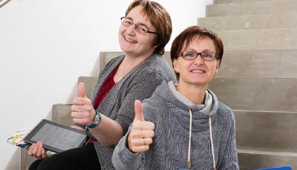Zwei Frauen sitzen nebeneinander und halten ihr Daumen nach oben ©  Werner Jäger , AK Niederösterreich