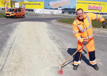 Christoph Kolb von der Bonaventura Services GmbH sorgt mit Freude dafür, dass Autofahrer weiterhin eine freie Fahrt haben. ©  , AK Niederösterreich, zVg